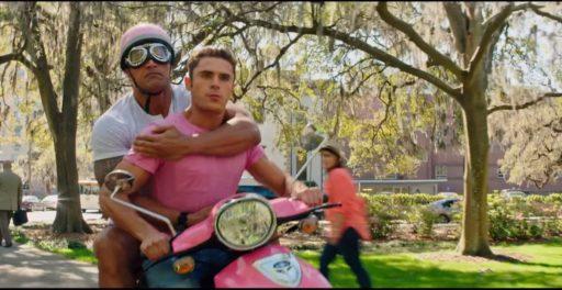 Matt chở Mitch trên một scooter