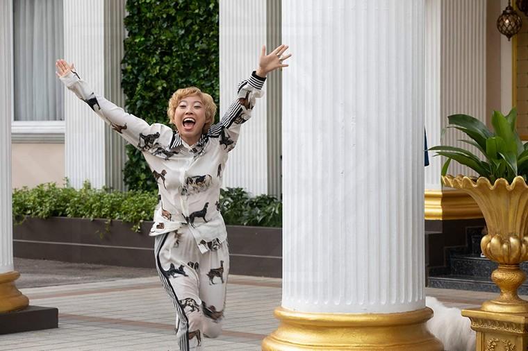 """Cô bạn thân """"trời đánh"""" của Rachel mang lại nhiều yếu tố hài hước cho phim Con Nhà Siêu Giàu Châu Á (Crazy Rich Asians)"""