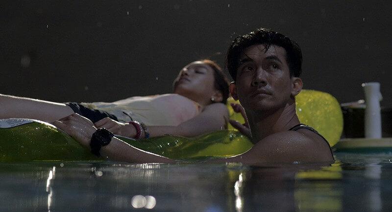 2 nhân vật bị kẹt trong hồ bơi sâu 6 mét sắp cạn nước - Hồ Bơi Tử Thần (The Pool)