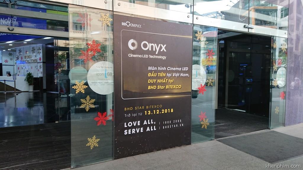 Quảng cáo về màn hình Onyx được đặt tại lối ra vào tầng trệt Bitexco