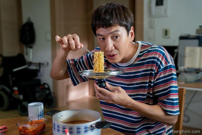 Lee Kwang Soo vào vai em trai thiểu năng phim Thằng Em Lý Tưởng