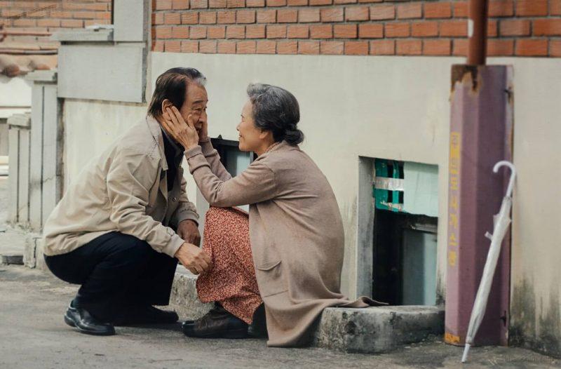 Những giây phút bên nhau đầy cảm xúc của cặp vợ chồng lớn tuổi