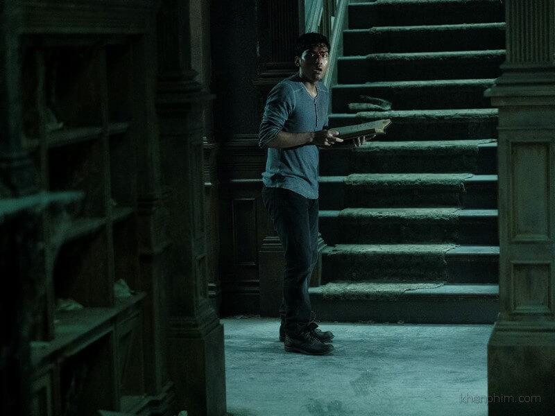 Cuốn sách trên tay cậu bé là nguồn cơn của những chuyện kinh dị trong phim