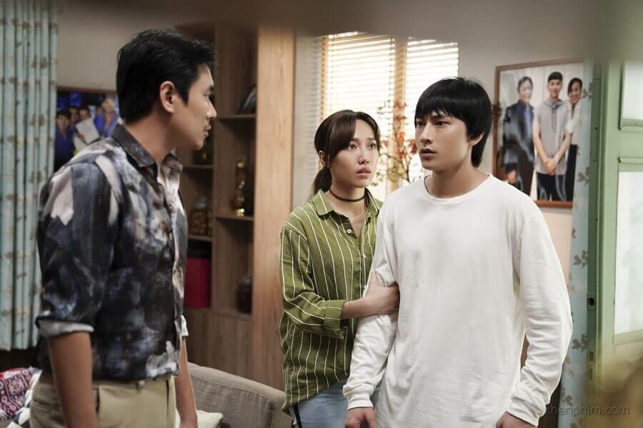 Phong (bên trái) cãi nhau với em trai