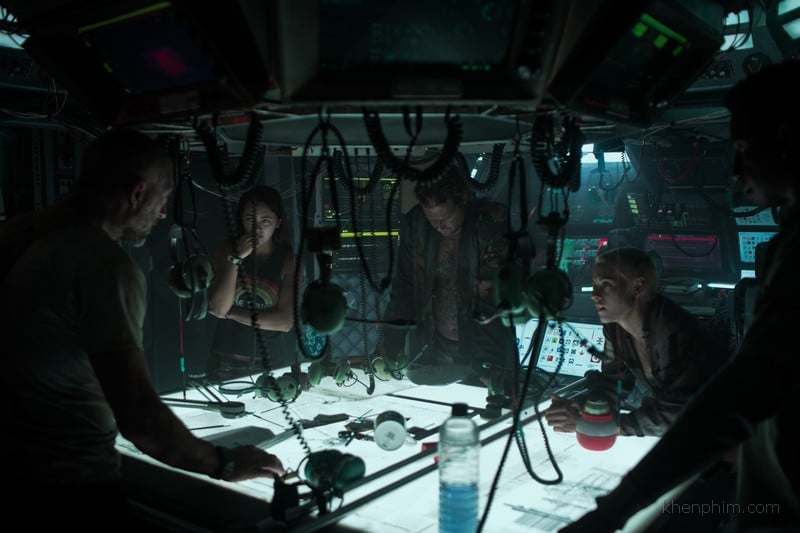 Bối cảnh chật chội trong trung tâm điều khiển cũng góp phần làm phim thêm căng thẳng