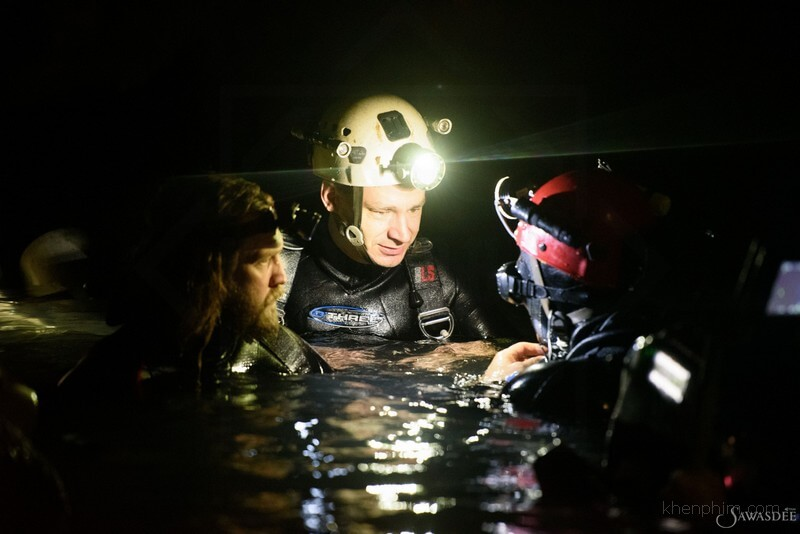 Các thợ lặn đang bàn kế hoạch giải cứu đội bóng