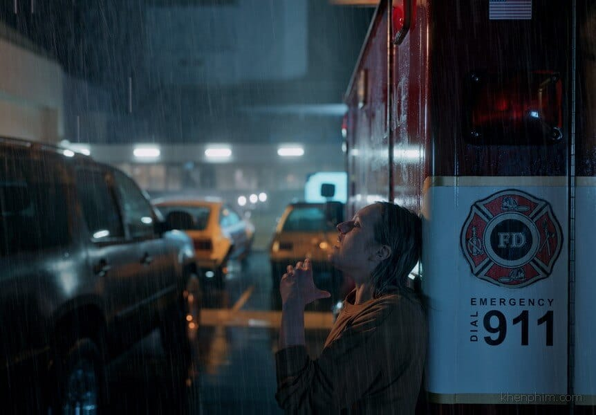 Cảnh nhân vật Cee lội mưa đi tìm chồng là kẻ vô hình, thật cảm động