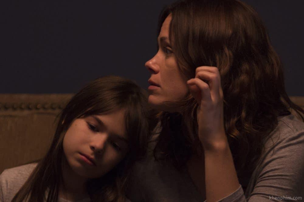 Mẹ con Emma và Isla trong phim Kẻ Ẩn Nấp
