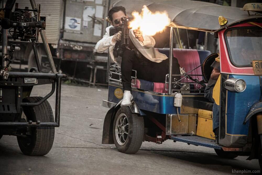 Cảnh hậu trường tuktuk rượt xe hơi