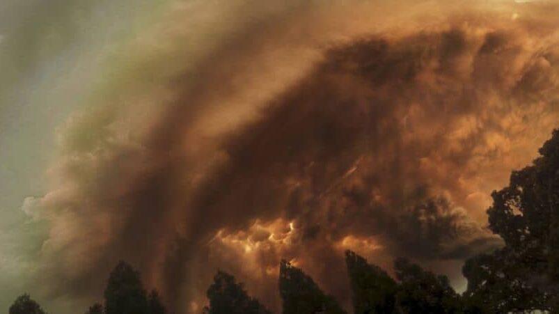 Cảnh bầu trời rực đỏ trong phim Greenland