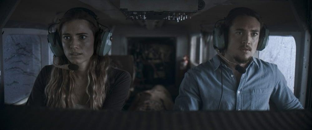 Allison Williams (bên trái) và Alexander Dreymon trong phim Vùng Trời Tử Thần