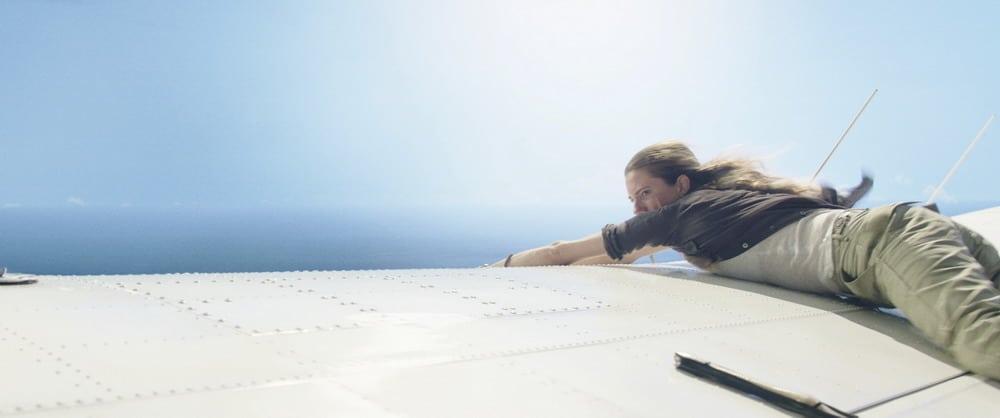 Nhân vật Sara trèo ra cánh máy bay - phim Horizon Line (Vùng Trời Tử Thần)