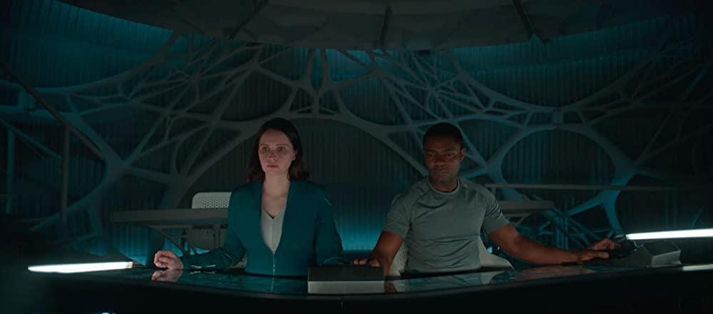Hình ảnh 2 nhà du hành đang lái tàu trong phim The Midnight Sky (Lấp Lánh Trời Đêm)
