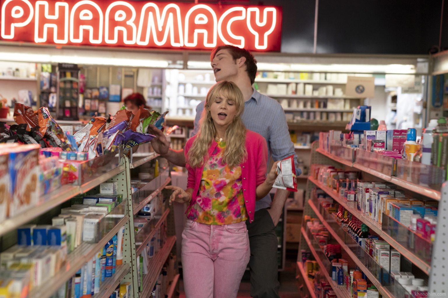 """Carey Mulligan (ở trước) đóng vai """"Cassandra"""" và Bo Burnham đóng vai """"Ryan"""" trong phim Cô Gái Trẻ Hứa Hẹn (Promising Young Woman)"""