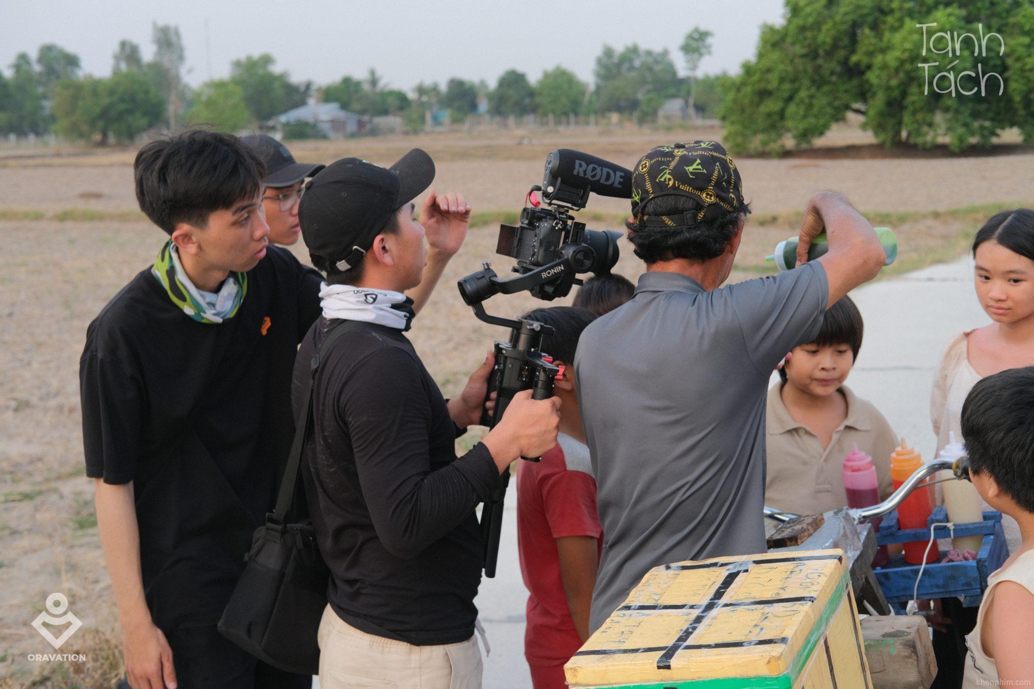 Hậu trường cảnh bọn trẻ trong làng chạy theo xe đá bào - phim Tanh Tách